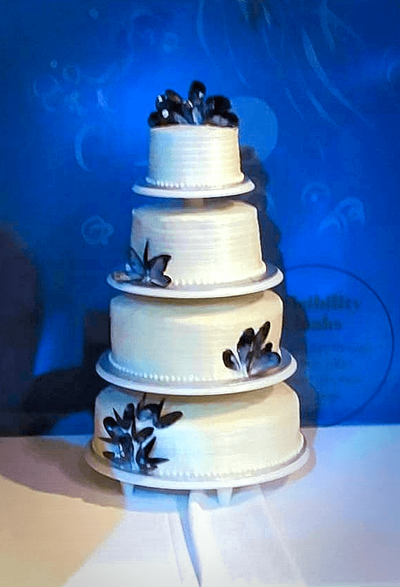 4 tiered wedding cake decorated with muscle shells